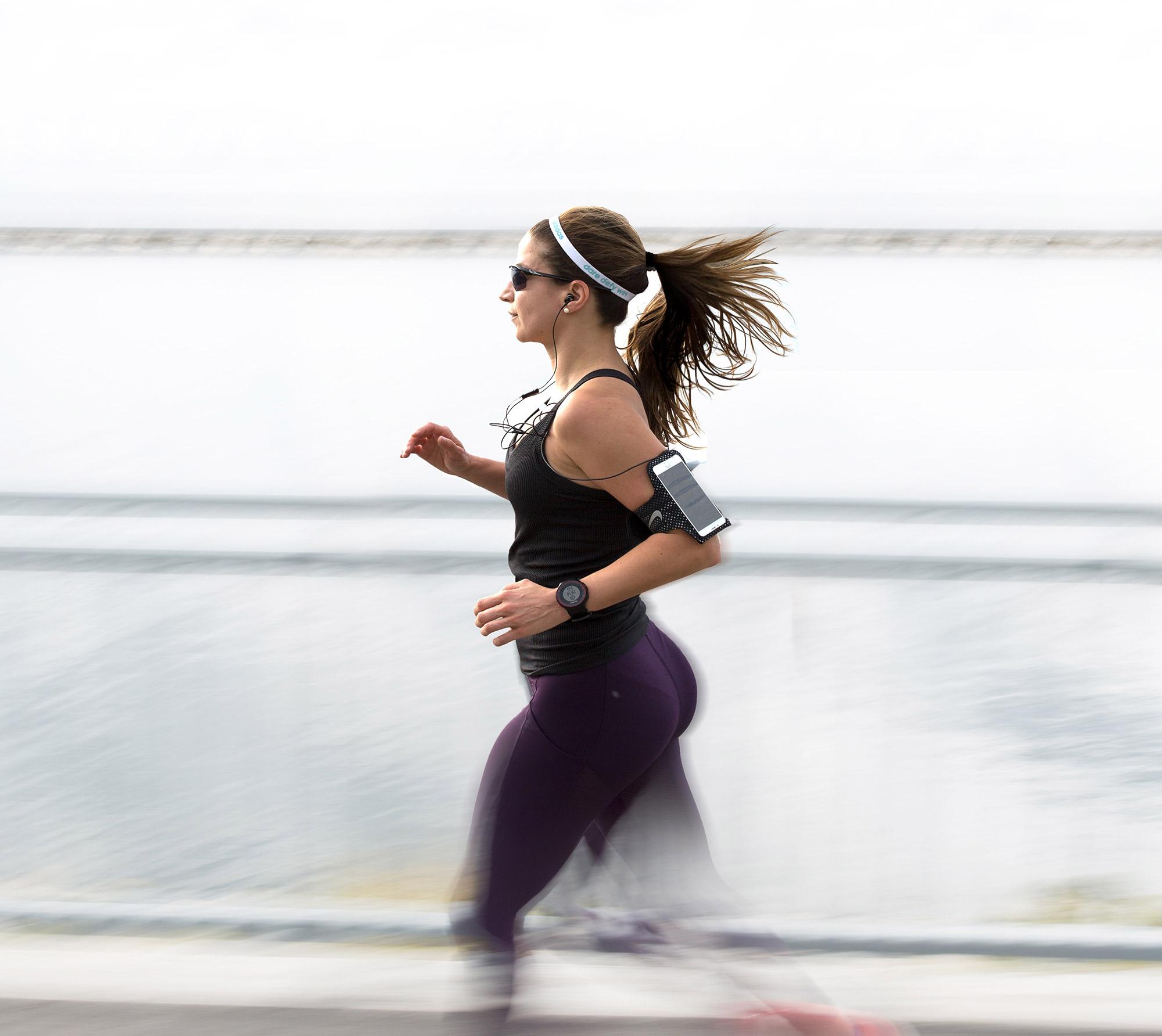 kvinde der løber med løbeur
